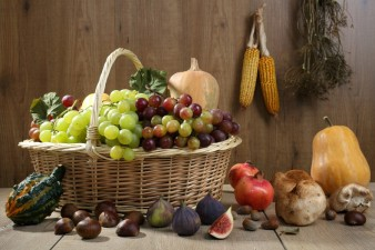 Prodotti agricoli autunno su tavolo legno